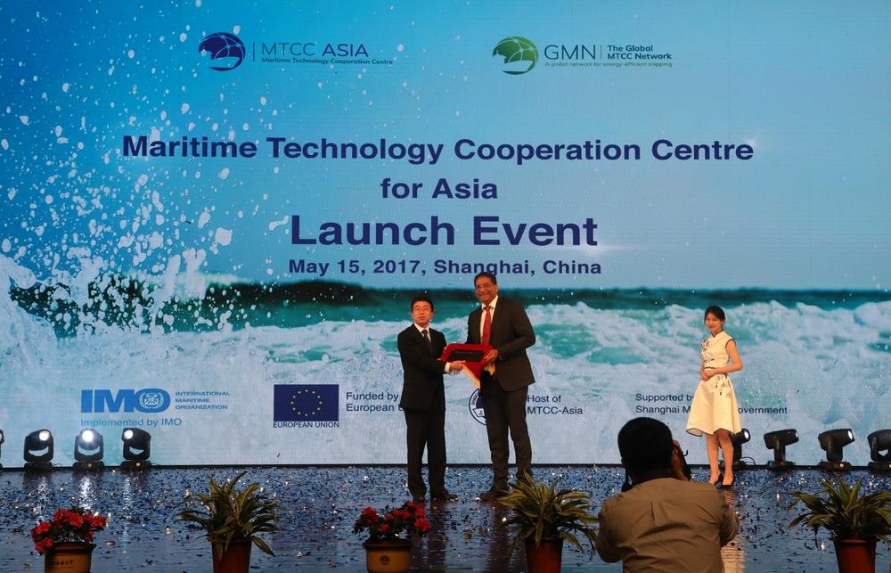 施欣副校长代表上海国际海事亚洲技术合作中心接受铭牌