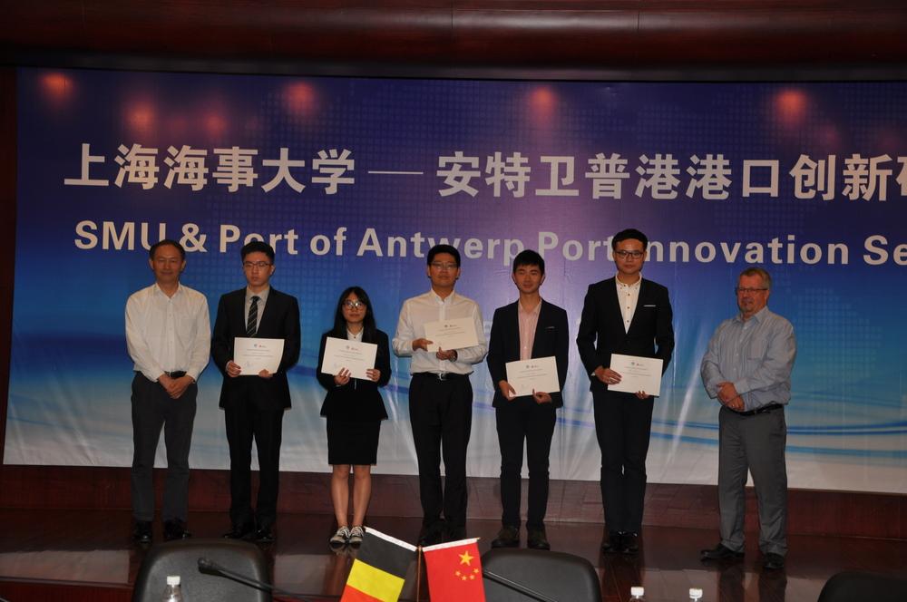 金永兴书记、朱伯彦总代表为港口创新研讨会优秀论文作者颁奖