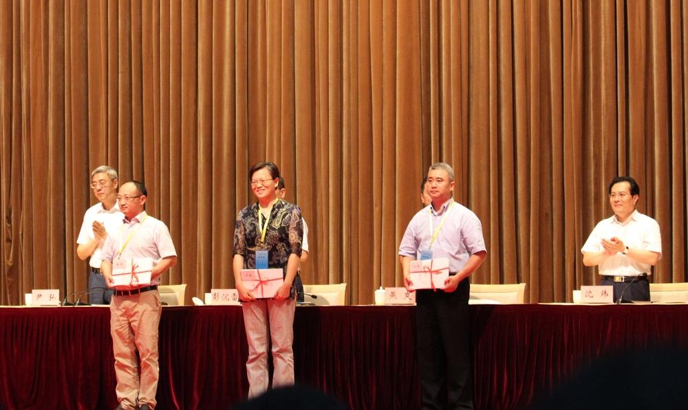 胡志武老师上台领荣誉证书