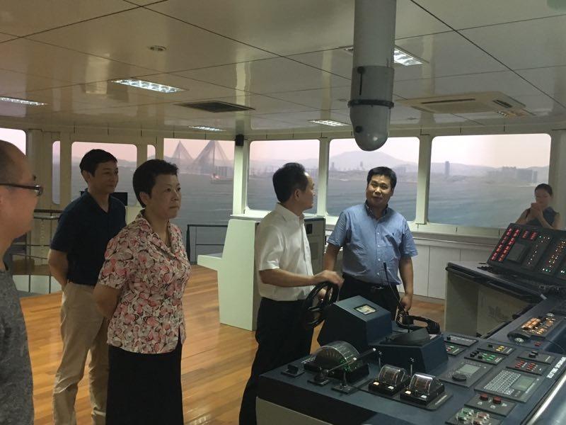 陈瑜局长一行参观商船学院航海模拟器
