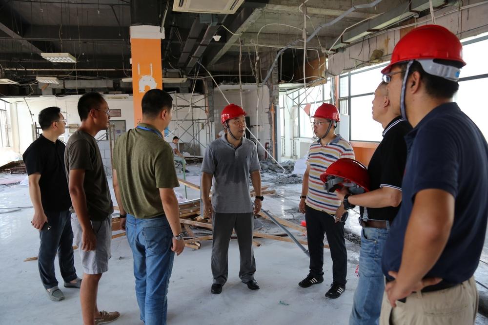王海威副书记查看校园改造施工现场