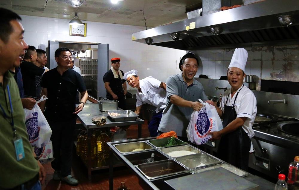 王海威副书记给食堂员工送上慰问品