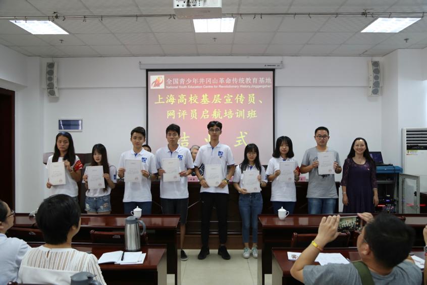 刘文兰副书记为学员颁发结业证书