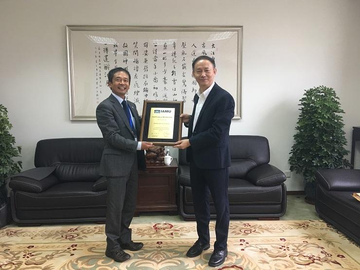 金永兴书记代表学校接受惠美裕副秘书长授予的证书