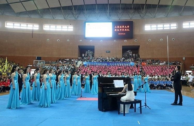 校学生合唱团演唱校歌