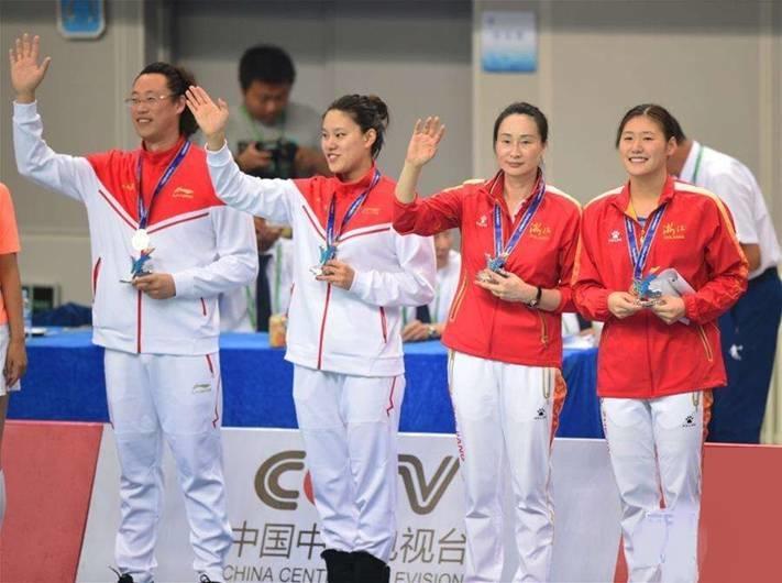我校学生张思诗代表上海队(左二)、浙江队选手叶诗文(右一)和教练在颁奖台上