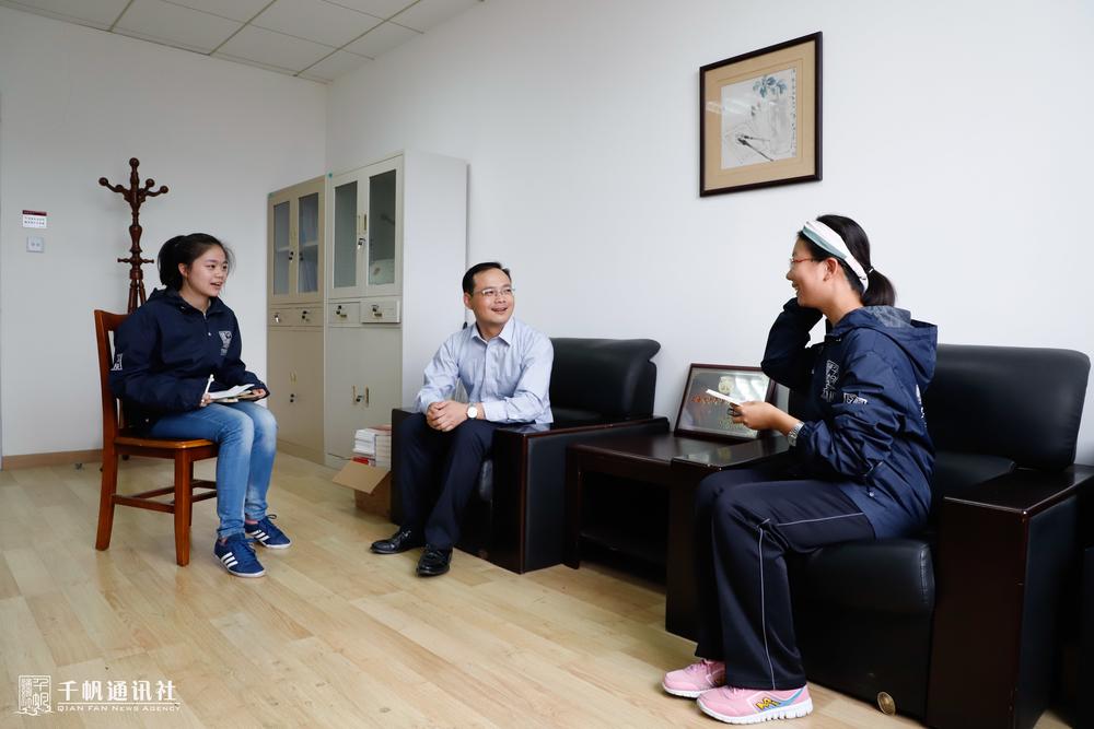 学生记者现场采访孙明老师
