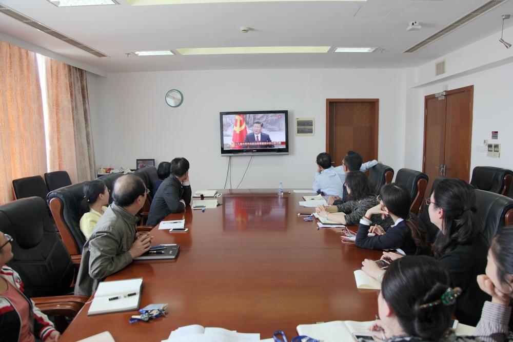 黄有方校长与党员们一起观看十九届中共中央政治局常委同中外记者见面电视直播