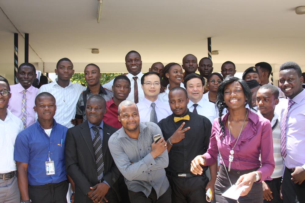 孙明老师和加纳学生们在一起