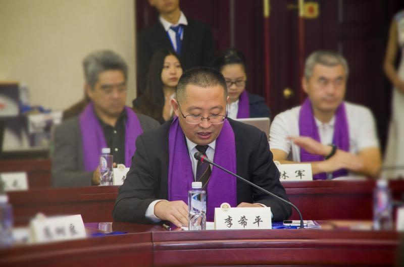 法学院党委书记李希平宣读校友会章程