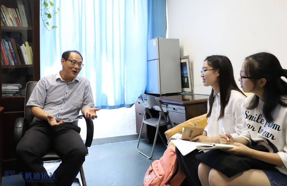 学生记者现场采访邵长专老师