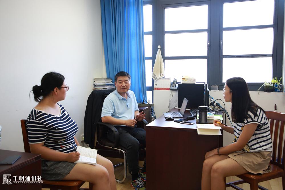 学生记者现场采访徐志京老师