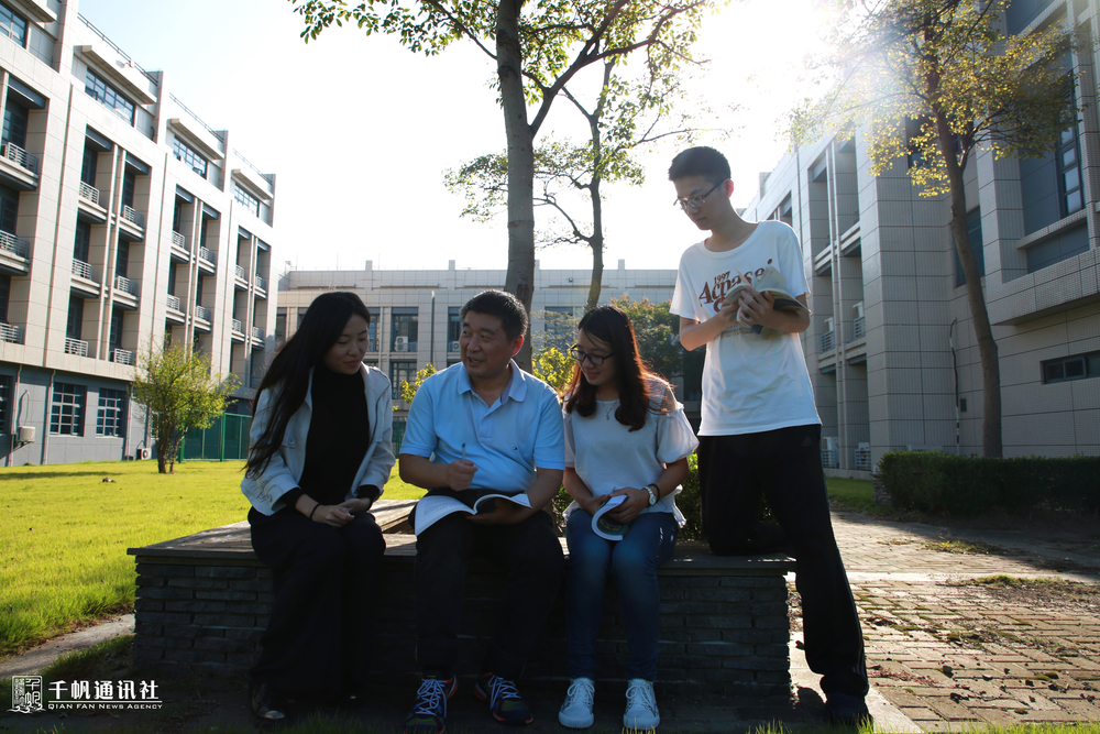 徐志京老师和学生们在一起