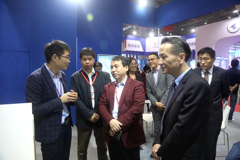 教育部科技发展中心副主任罗方述、刘红斌参观我校展出的科技成果