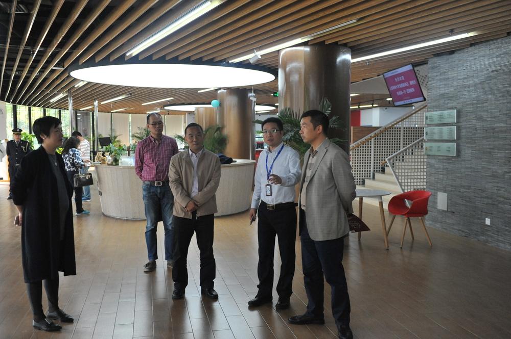 参观上海中医药大学学生事务中心