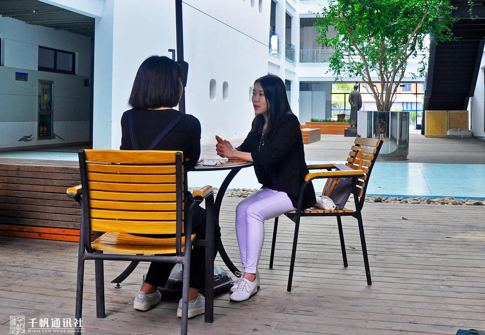 学生记者现场采访谢茜老师
