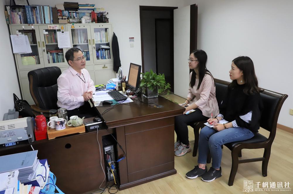 学生记者现场采访沈秋明老师