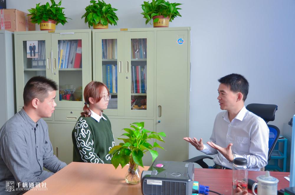 学生记者现场采访高文忠老师