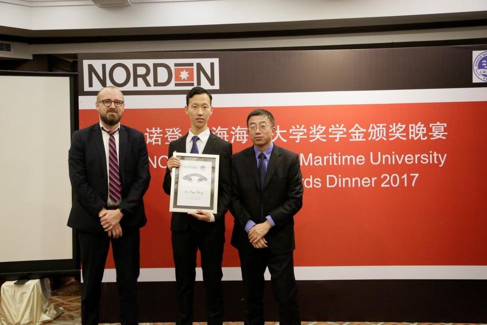 施欣副校长与严森总经理为我校获奖学生颁奖