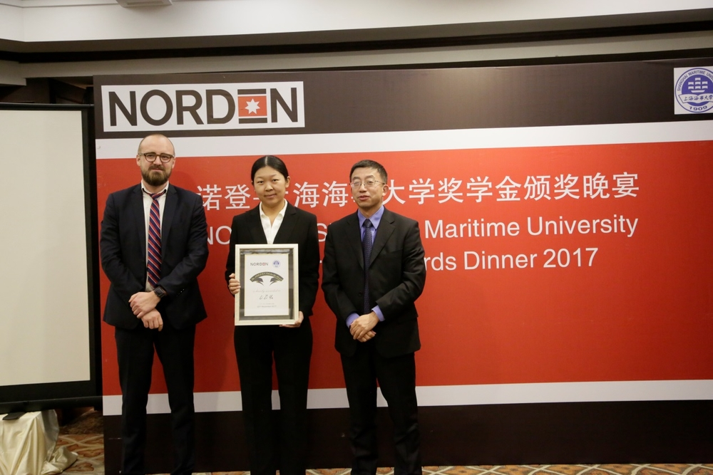 施欣副校长与严森总经理为我校获奖老师颁奖