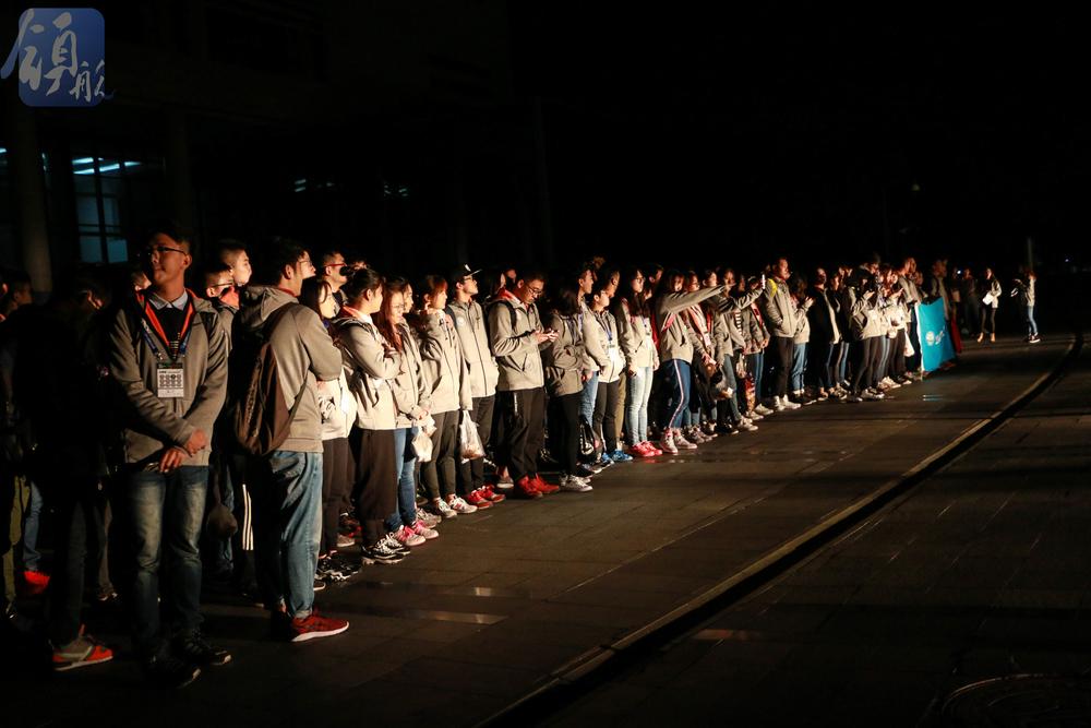 凌晨两点前等待大巴的志愿者们