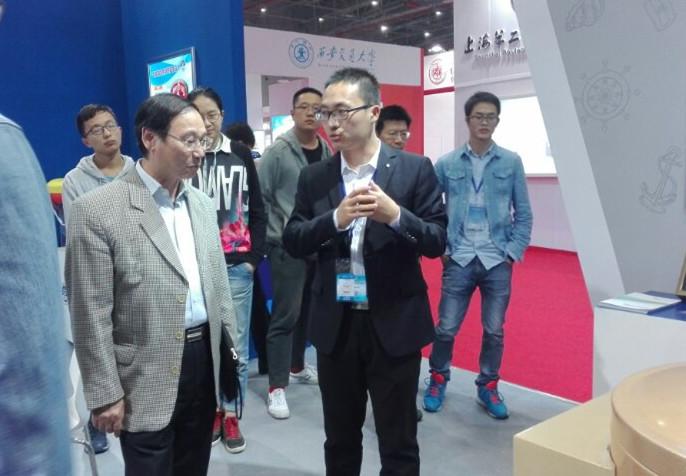 上海市教育卫生工作委员会副书记、上海市教育委员会副主任高德毅参观我校展出的科技成果