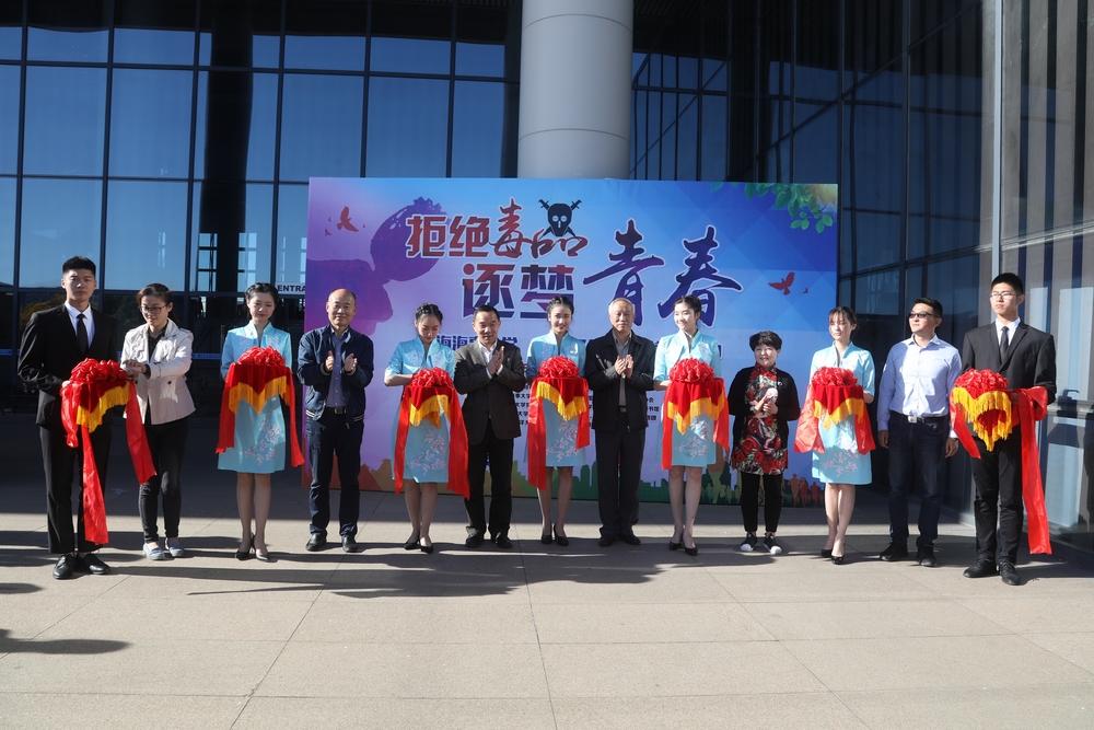 与会领导嘉宾共同为上海海事大学禁毒月活动开幕式剪彩