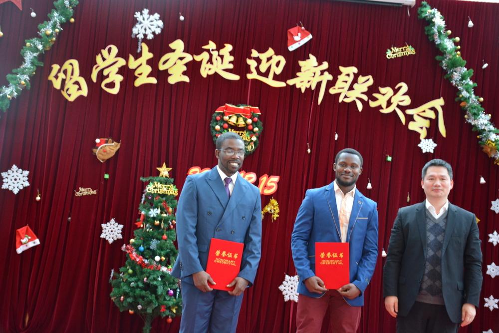 阮巍院长为中国政府奖学金优秀学生奖颁发证书