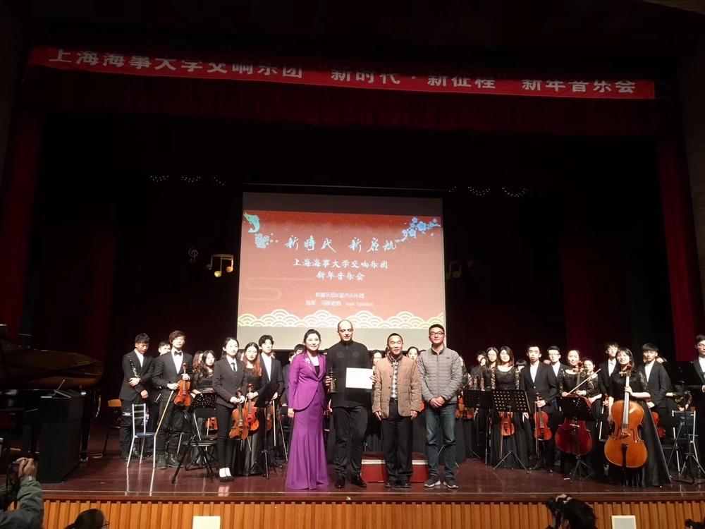 王海威副书记为伊万•雅那科夫颁发我校交响乐团客座指挥证书