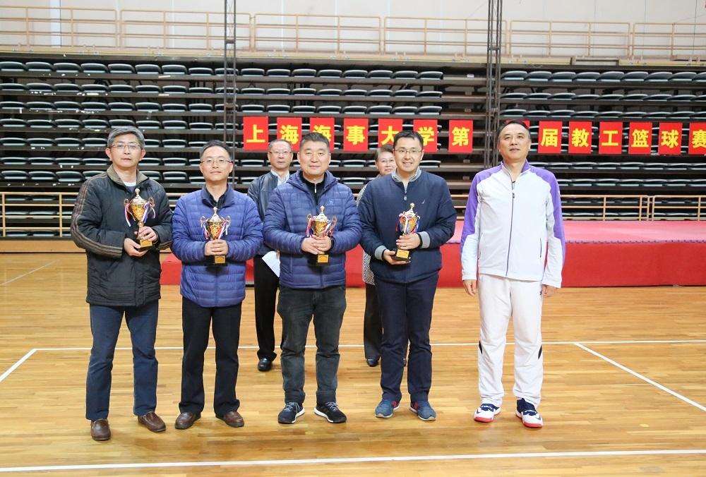 教工篮球协会会长胡雄颁发优秀组织奖