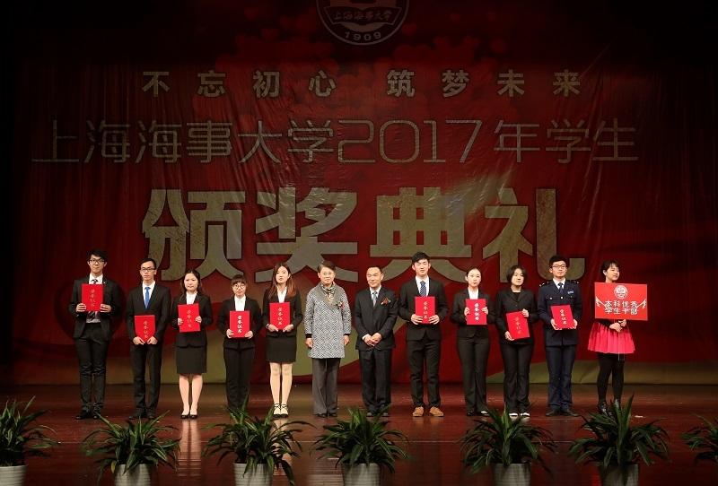 校领导为获奖学生代表颁奖