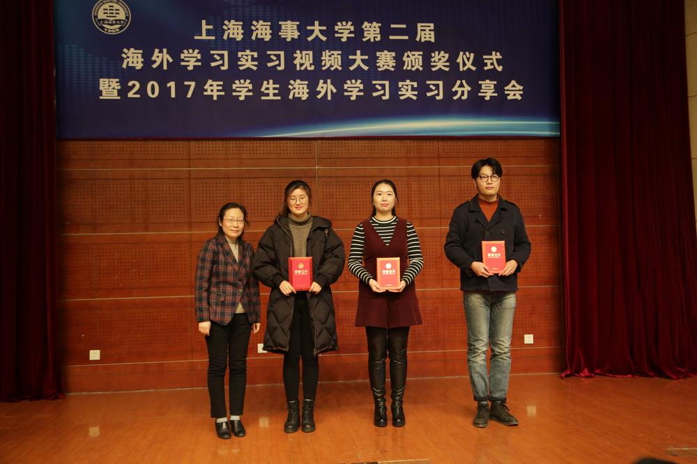 余宏荣处长为视频大赛二等奖获奖代表颁奖