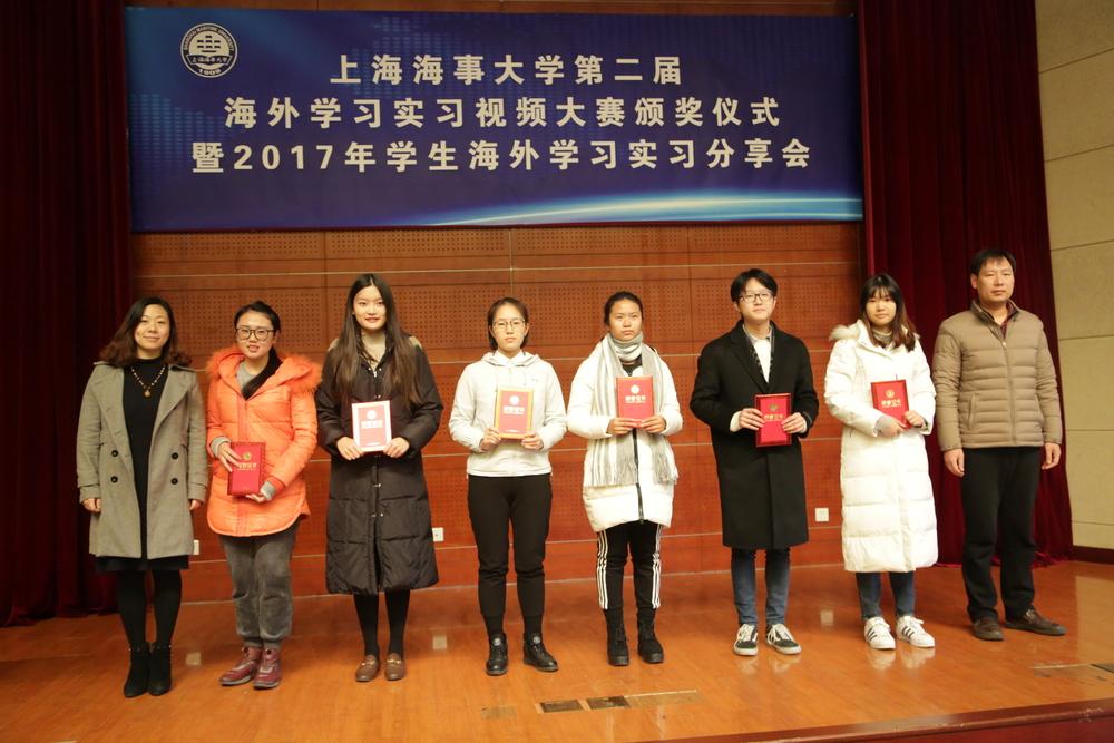 安燕、郑洪祥老师为视频大赛三等奖获奖代表颁奖