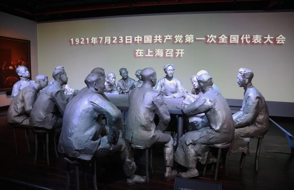 中共一大会议场景雕塑
