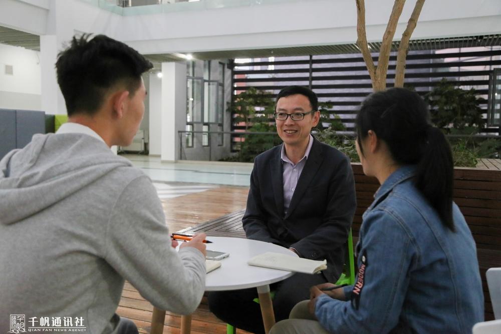 学生记者现场采访李晓峰老师