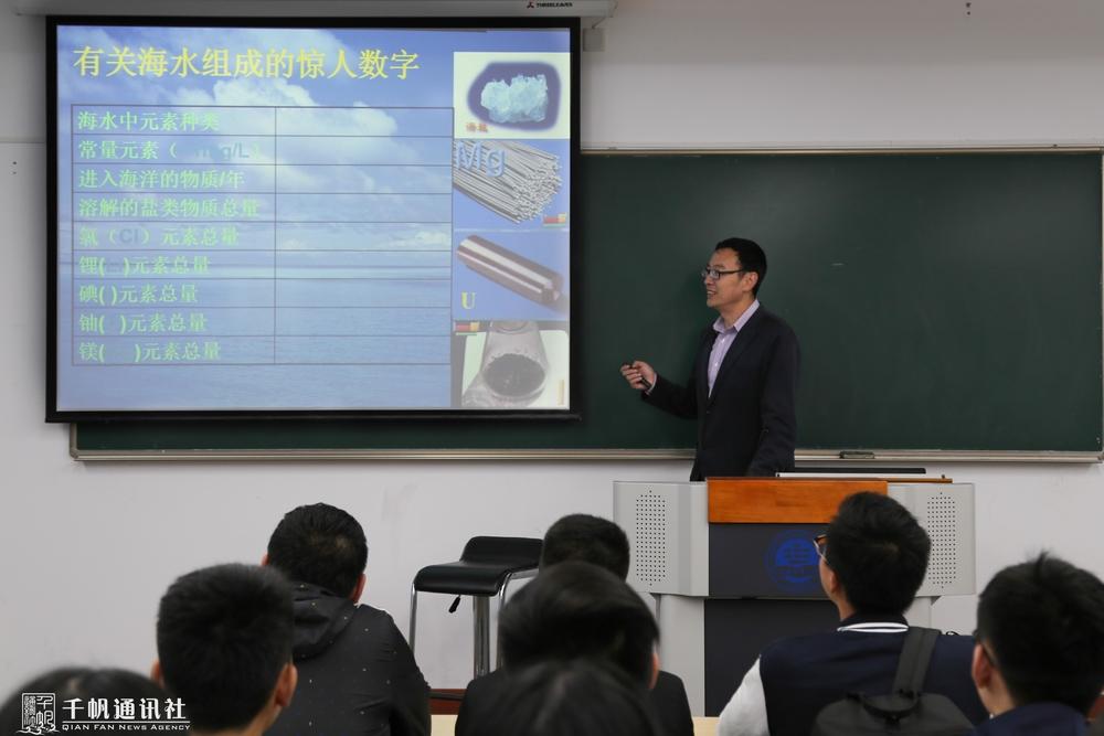 李晓峰老师在上课
