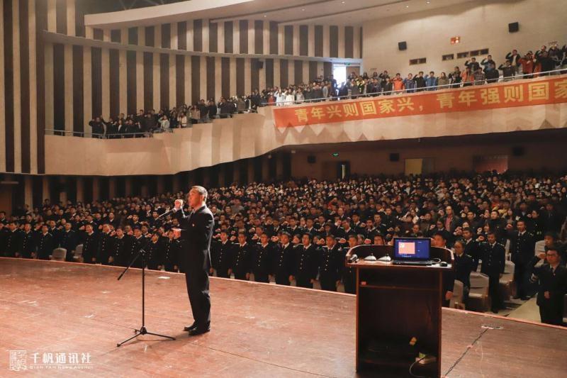 王海威副书记带领全体学生党员代表重温入党誓词