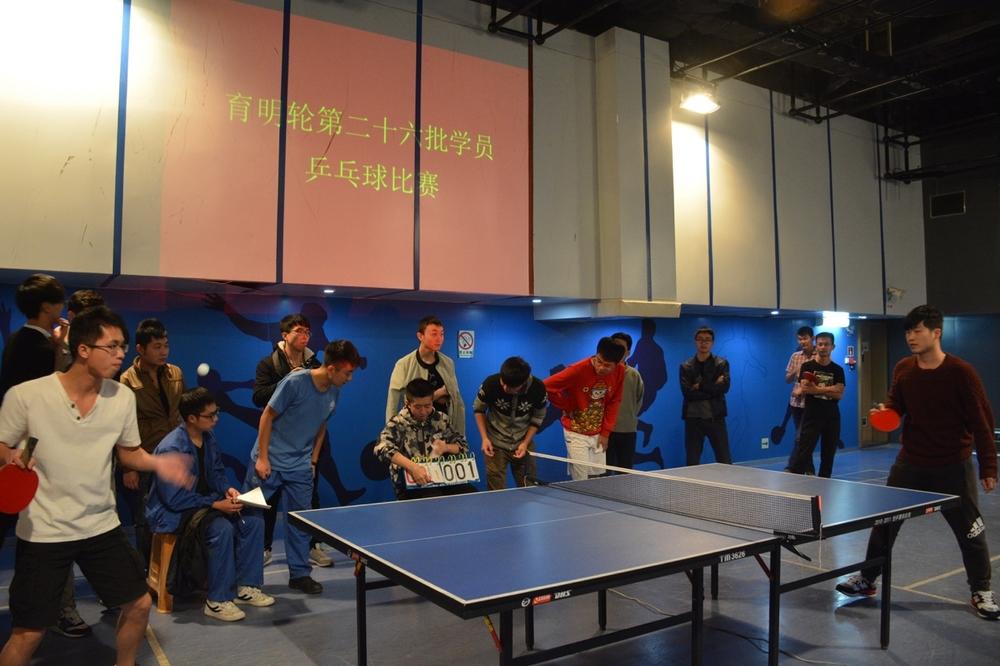 学生在船上进行乒乓球比赛