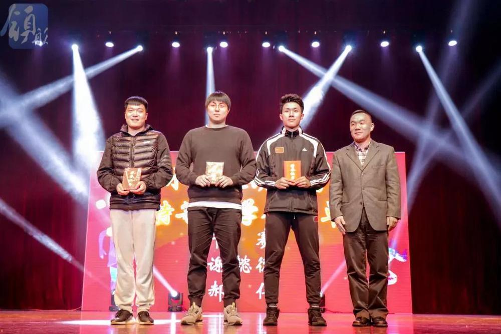 王海威副书记为运动员学年特等奖颁奖