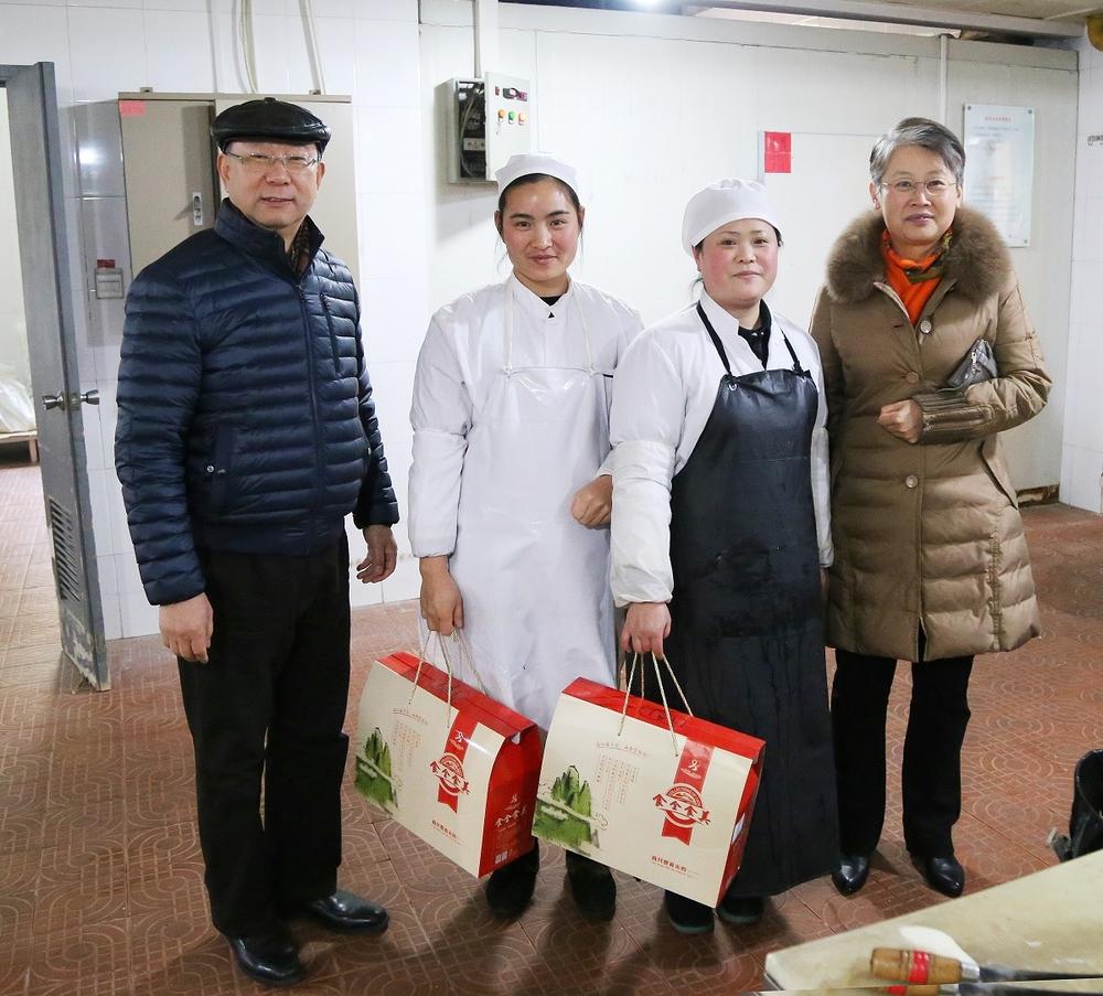 门妍萍副书记为后勤食堂职工送温暖