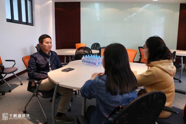 学生记者现场采访