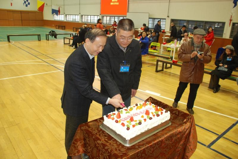 金永兴书记、杨万枫副校长共同为迎新活动切蛋糕