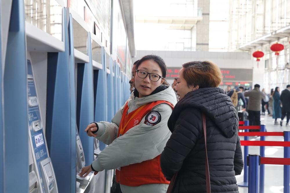 我校志愿者参与上海站春运志愿服务