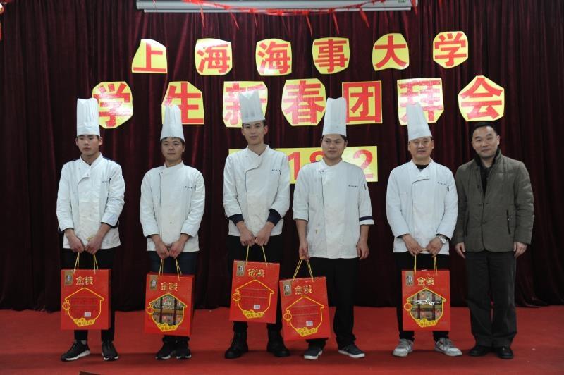 校领导向食堂师傅们送上新春祝福和慰问品