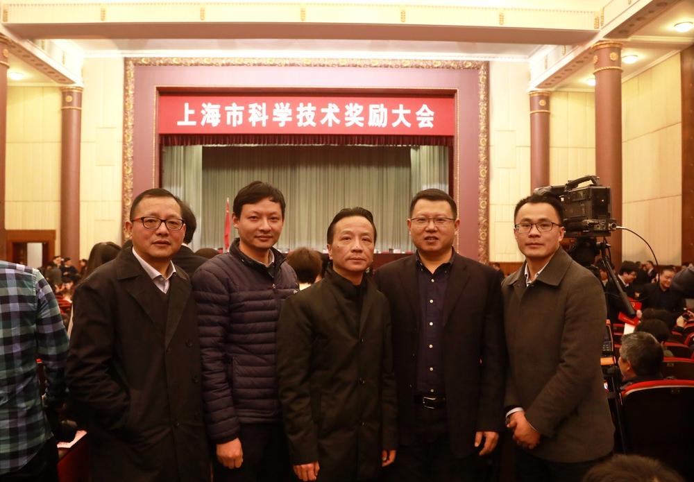 严伟副校长与获奖教师代表及科技处负责人合影