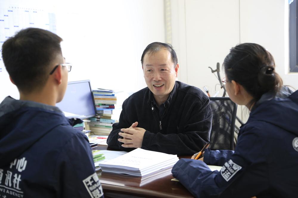 学生记者现场采访肖康元老师