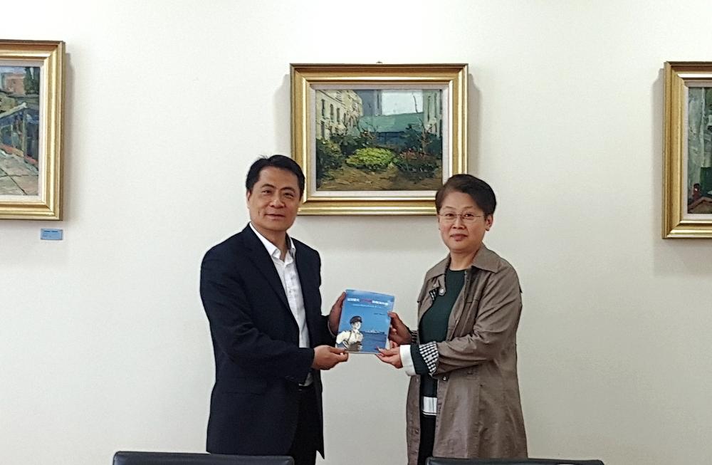门妍萍副书记向王煜副馆长赠送我校校史系列图书