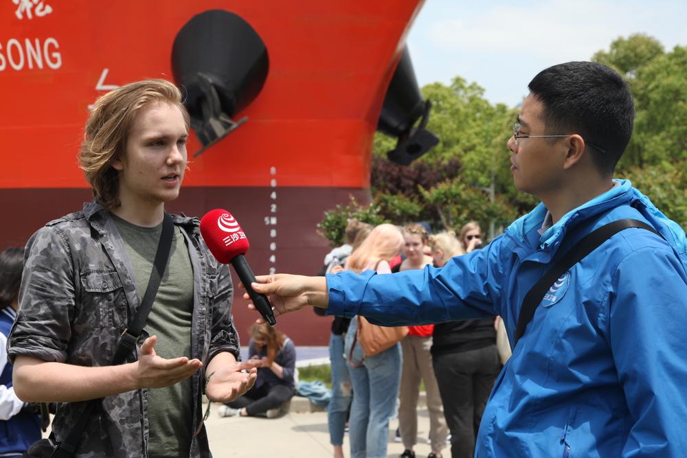 接受记者采访