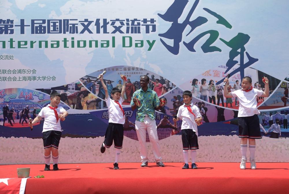 留学生和临港小学生同台表演快板