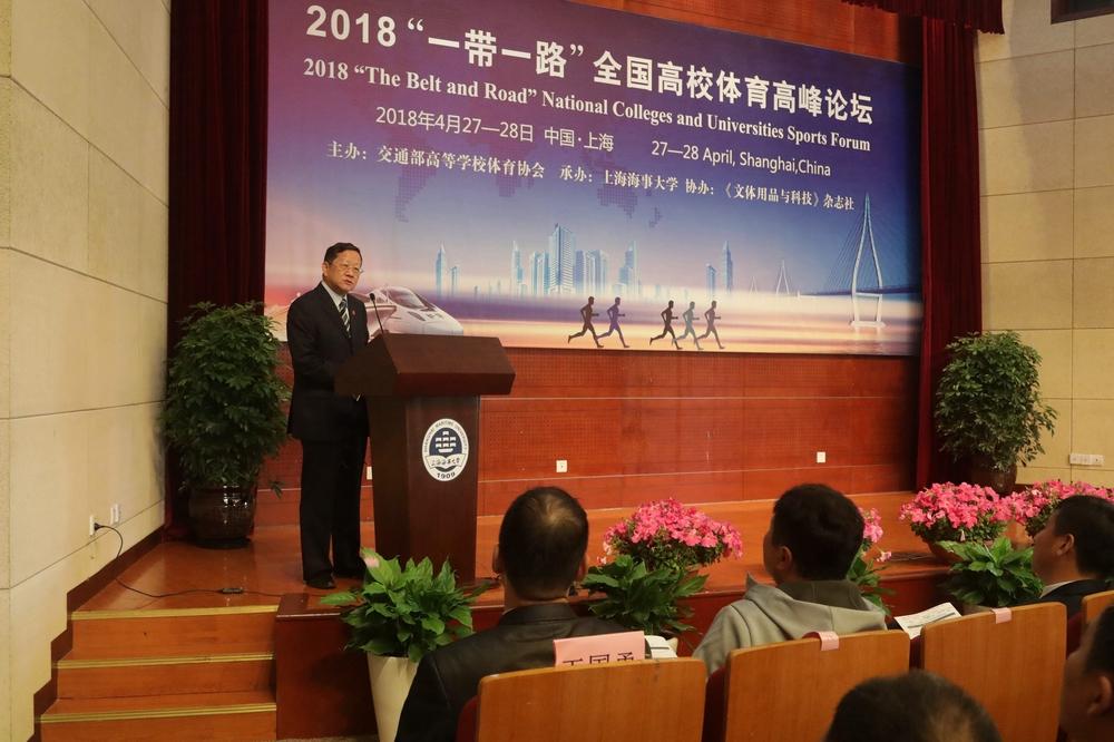 薛明扬会长在大会上发言
